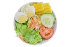 Salade in de witte kop op isolate achtergrond Royalty-vrije Stock Afbeeldingen