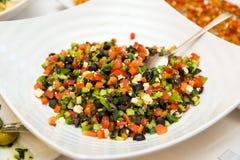 Salade des concombres finement hachés, des tomates, des verts et des olives noires Photos stock
