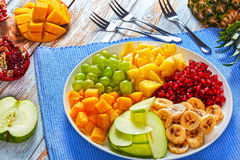 Salade des fruits, de la pomme et des raisins de tropyc Photographie stock libre de droits