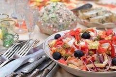 Salade des fruits de mer avec des olives et des légumes Photographie stock libre de droits