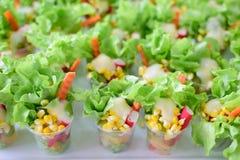 Salade des légumes dans la ligne buffet photographie stock