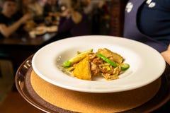 Salade des légumes et de la viande d'un beau plat blanc photo stock