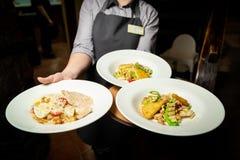 Salade des légumes et de la viande d'un beau plat blanc photos stock