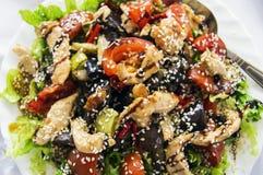 Salade des légumes frits avec les graines de sésame photographie stock