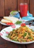 Salade des pommes de terre, des haricots et de l'aneth, jus de tomates Image stock