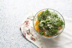 Salade des tomates et du concombre jaunes frais avec des herbes et des graines de sésame Photos libres de droits