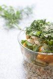Salade des tomates et du concombre jaunes frais avec des herbes et des graines de sésame Photo libre de droits