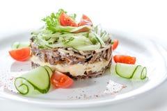 Salade diététique avec des concombres et des tomates sur un fond blanc Photos libres de droits