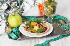 Salade diététique avec l'orange, la grenade et le carambolage, centimètre pour un bon chiffre Photographie stock