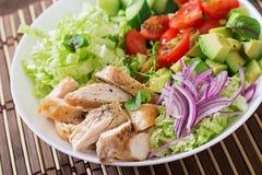 Salade diététique avec le poulet, avocat, concombre, tomate Image stock