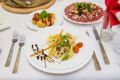 Salade diététique avec le poulet, l'avocat, le concombre, la tomate et le chou de chine Salade de viande avec le chou de chine Image stock