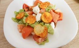 Salade diététique avec les spinates et le fromage de fitaki Photographie stock libre de droits
