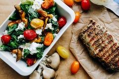 Salade diététique et bifteck grillé Image stock
