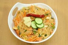 Salade die met kruiden van de noedels van Korea wordt gekookt Stock Foto's