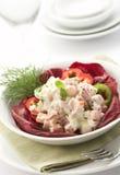 Salade die met mayonaise wordt gediend stock foto