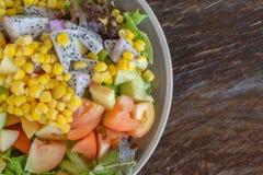 Salade du plat sur une table en bois Image stock