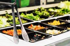 Salade in een buffetlijn Royalty-vrije Stock Afbeeldingen