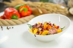 Salade in een plaat met groenten met brood op achtergrond Royalty-vrije Stock Afbeeldingen