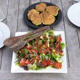 Salade en fritters in openlucht Stock Foto's