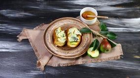 Salade et bruschette douces fraîches de poires avec du fromage bleu, sur le fond blanc de conseil en bois Fermez-vous vers le hau photographie stock libre de droits