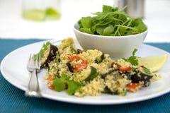 Salade et cous cous avec les légumes rôtis Photographie stock libre de droits