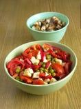Salade et croûtons végétaux à l'oignon dans des cuvettes c Photos stock