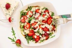 Salade et ingrédients d'arugula de fraise de roquefort Photographie stock libre de droits
