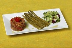 Salade et légumes d'Asparragus avec le fond jaune image libre de droits