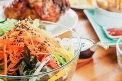 Salade et nourriture en partie à la maison Photo libre de droits