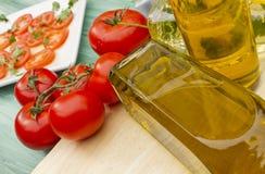 Salade et pétrole images stock