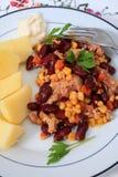 Salade et pommes de terre de thon verticales Photographie stock