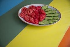 Salade et tomate sur la table image stock