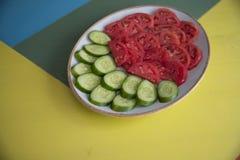 Salade et tomate sur la table photo stock