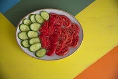 Salade et tomate sur la table photo libre de droits