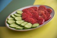 Salade et tomate sur la table photos stock