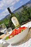 Salade et vin sains, pique-nique Photographie stock libre de droits