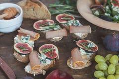 Salade facile de régime avec l'arugula, les figues et le fromage bleu sur un OE brun image libre de droits
