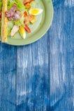 Salade faisante le coin des oeufs, tomates, laitue, avec du pain Image libre de droits