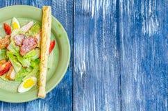 Salade faisante le coin des oeufs, tomates, laitue, avec du pain Photo stock