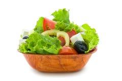 Salade faite en laitue fraîche, tomate, paprika, oignon dans le plat en bois d'isolement sur le fond blanc, image stock