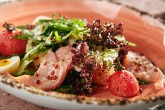 Salade faite maison de délicatesse avec les saumons fumés, caviar rouge, ch sec photos libres de droits