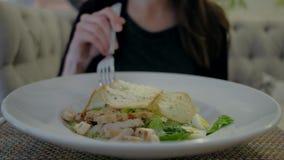 Salade femelle de consommation César au restaurant clips vidéos