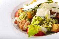 Salade fraîche avec de la viande grillée photo libre de droits