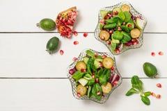 Salade fraîche avec des feuilles de concombres, de feijoa, de grenade et de salade Images stock