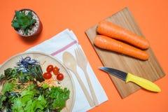 Salade fraîche avec des fruits et verts sur la vue supérieure de fond orange Nourriture saine mangez le concept propre Configurat Image libre de droits