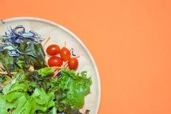 Salade fraîche avec des fruits et verts sur la vue supérieure de fond orange Nourriture saine mangez le concept propre Configurat Photos libres de droits