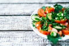 Salade fraîche avec des légumes sur un vieux fond en bois Le concept d'un régime photo libre de droits