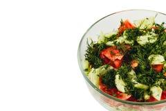 Salade fraîche avec des tomates, concombres, aneth dans une cuvette sur le fond blanc Photos stock