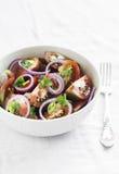 Salade fraîche avec des tomates dans une cuvette blanche Image libre de droits