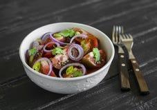 Salade fraîche avec des tomates dans une cuvette blanche Photographie stock libre de droits